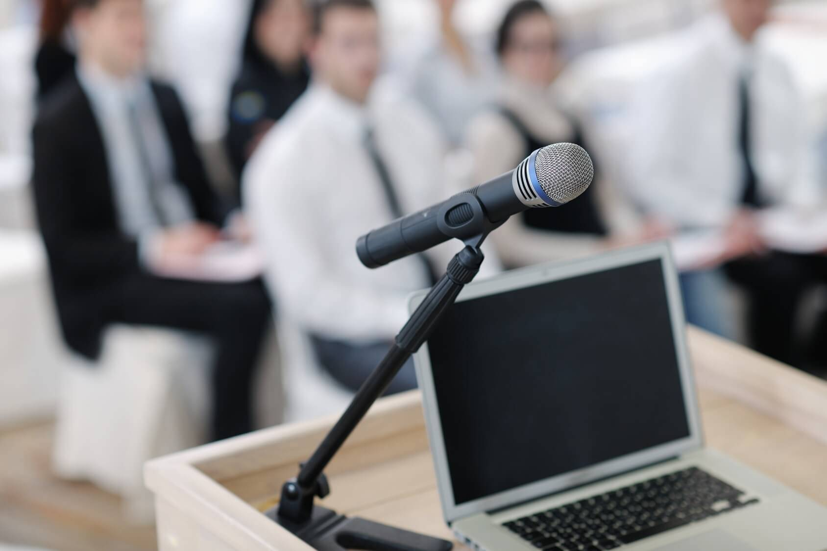 Laptop auf dem Pult Konferenz